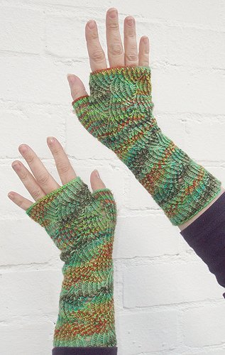 Knit Pattern Gloves Sock Yarn : Fancy Sock Yarn Fingerless Gloves AllFreeKnitting.com