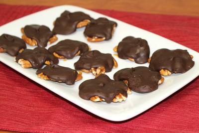 Homemade Chocolate Caramel Turtles | FaveSouthernRecipes.com