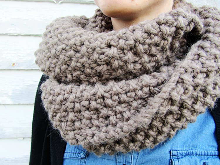 Free Knitting Patterns For Circle Scarves : Homespun Circle Scarf AllFreeKnitting.com