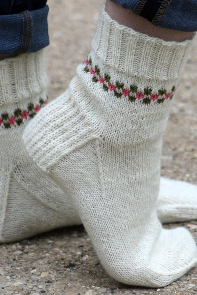 Socks Knitting Pattern : Pansy Path Knit Sock Pattern AllFreeKnitting.com