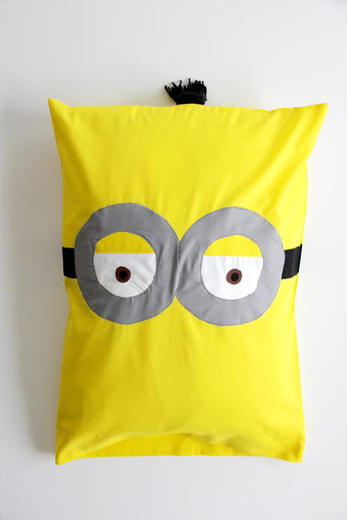 http://d2droglu4qf8st.cloudfront.net/2016/05/282552/Minion-DIY-Pillowcase_Large500_ID-1676883.jpg?v=1676883