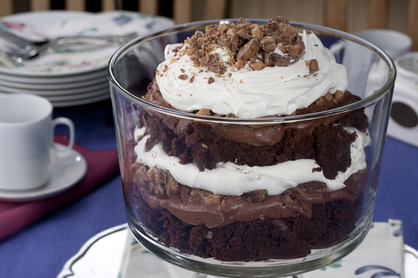 Chocolate chip cookie layered pudding dessert is almost no bake and takes just minutes to make. A layered pudding dessert of chocolate chip cookies, a cream cheese layer, chocolate pudding, and topped with Cool Whip.