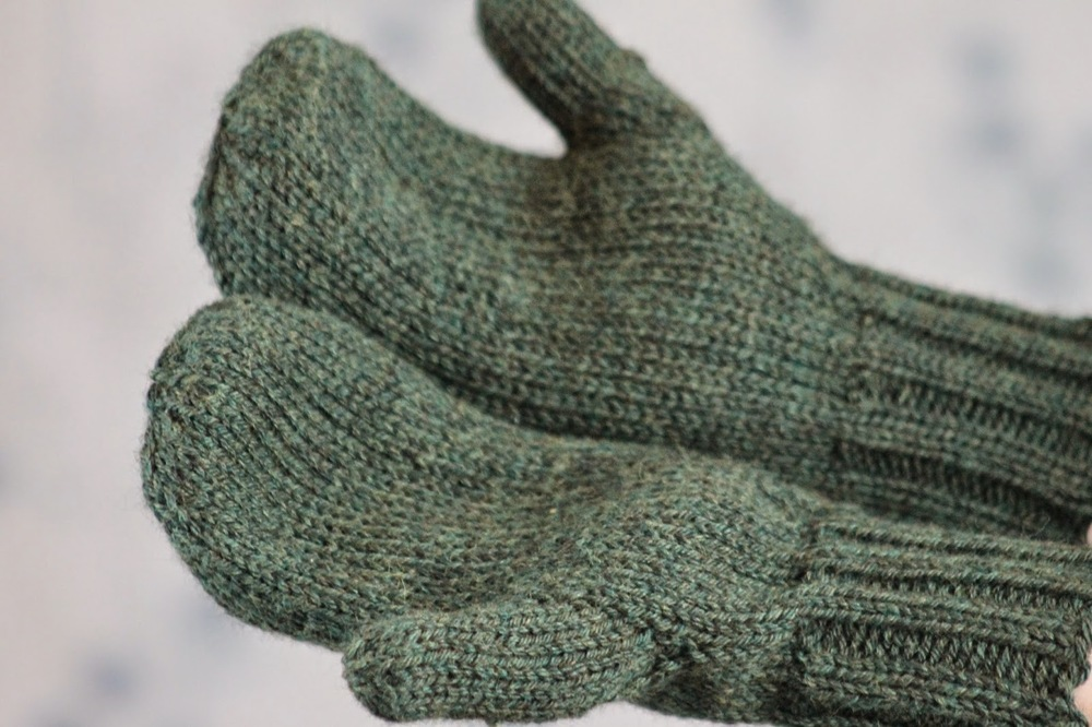Free Knitted Mitten Pattern : Toasty Warm Stockinette Stitch Mittens AllFreeKnitting.com