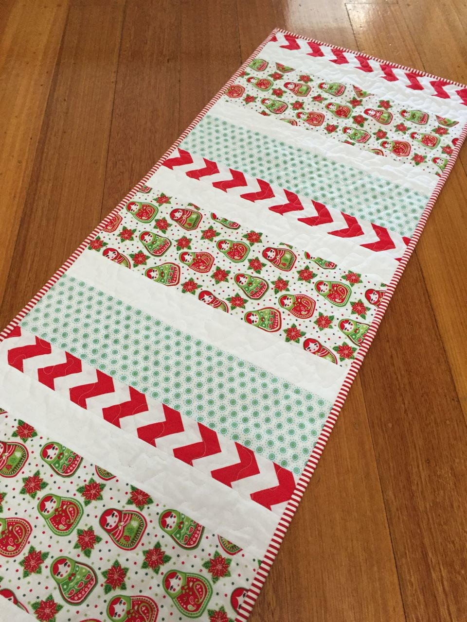 candy cane christmas table runner favequilts com rh favequilts com christmas table runner patterns to quilt christmas table runner patterns uk