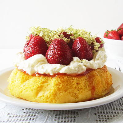 6 - Inch Sponge Cake with Strawberries