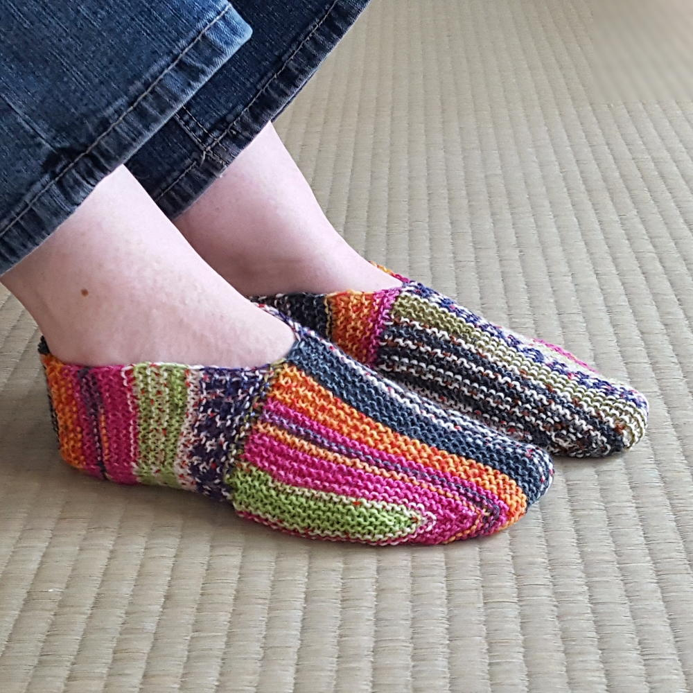 Knitting On The Net Slippers : Rainbow striped knit slipper pattern allfreeknitting