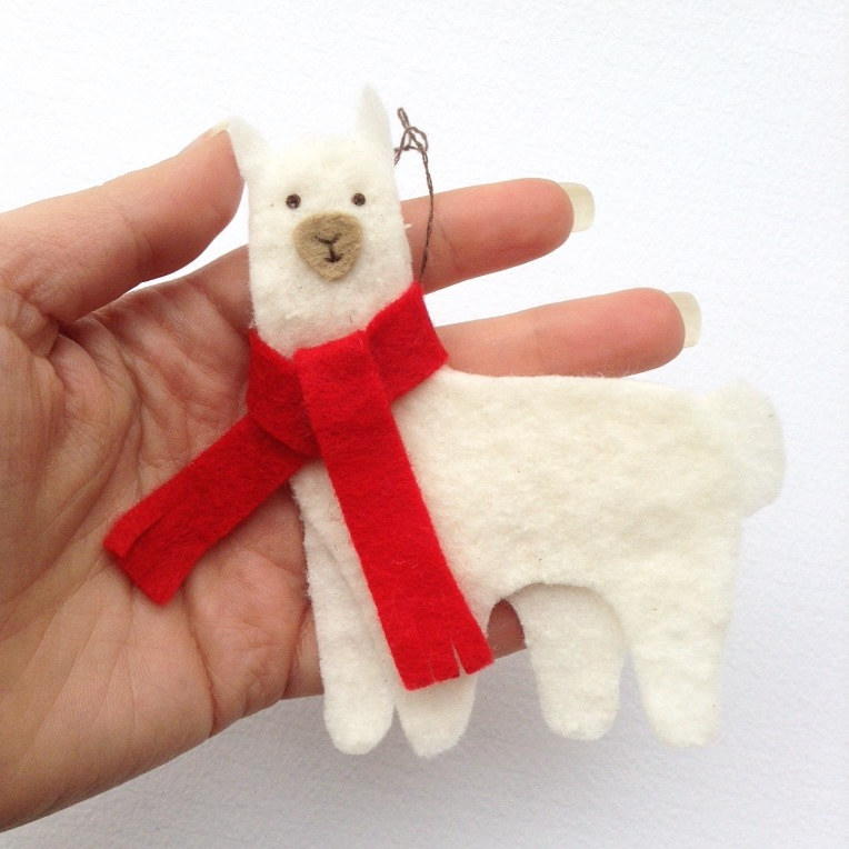 christmas llama diy felt ornament allfreechristmascraftscom - Llama Christmas Decoration
