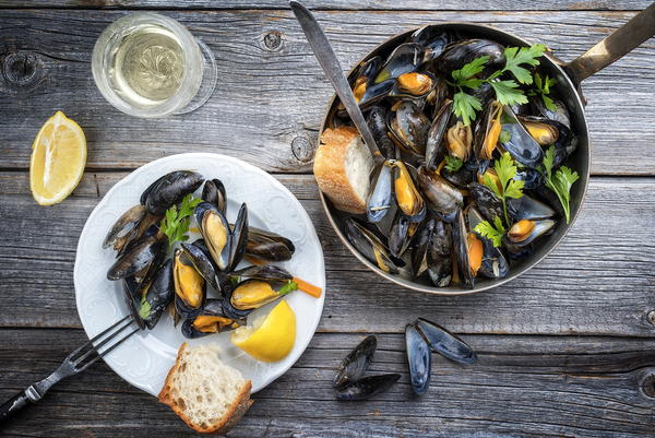 Mussels served with wine